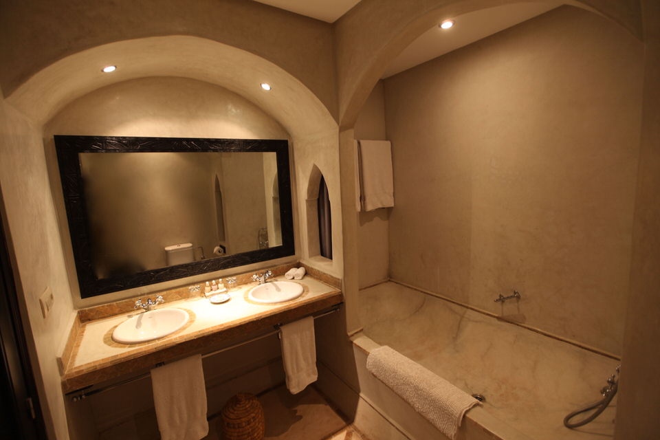 https://www.riad-dar-haven.com/wp-content/uploads/2013/10/EssaouiraBathroom.jpg